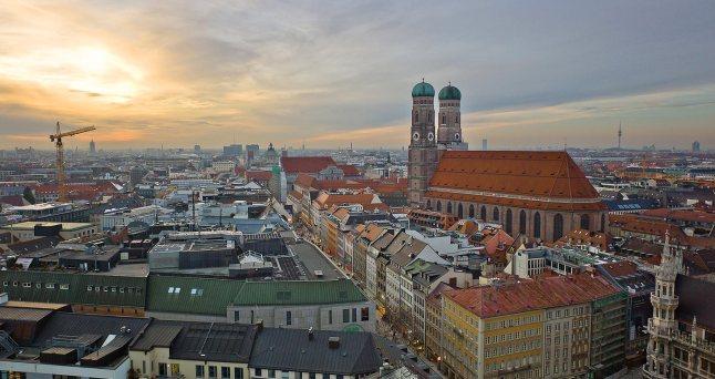 As torres abobadadas da Igreja das Mulheres, mais conhecida por Frauenkirche, pode ser vista de todos os lugares de Munique, na Alemanha